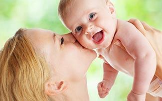 lachendes Baby mit Mutter